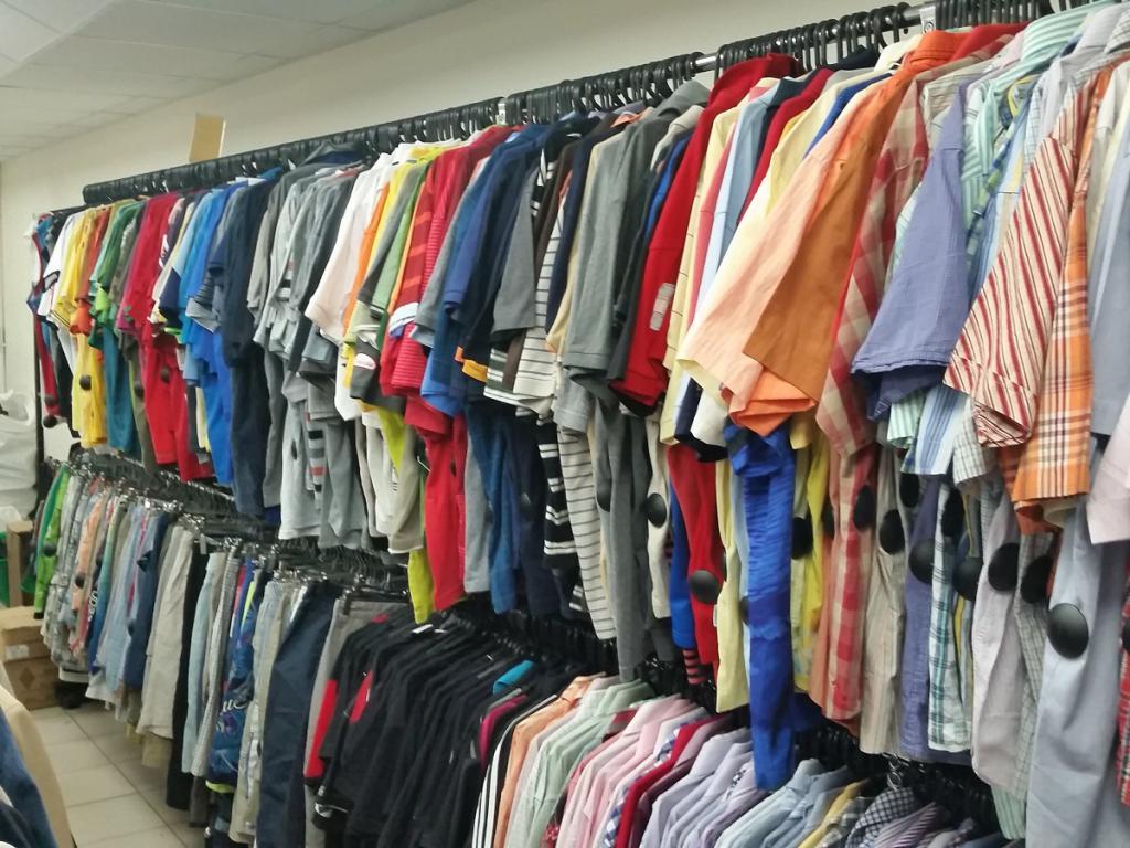 46a18b92197 Мужские брюки/джинсы около 1100-1300 рублей, мужские футболки/рубашки -  500-600 рублей, детские футболки/трикотаж около 400 рублей, женские  брюки/платья ...